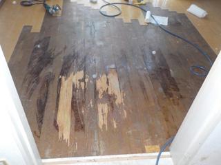 部屋の床材撤去後