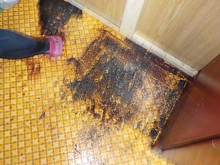 三段ボックス撤去後の床