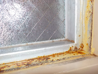 トイレの窓の腐食