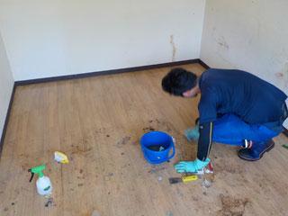 床の洗浄風景
