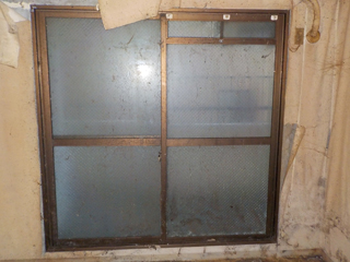2部屋目の窓のビフォア(清掃後)