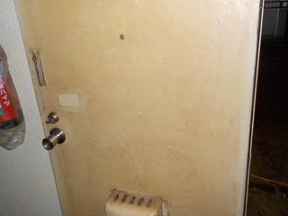 2部屋目の玄関ドアのビフォア(清掃後)