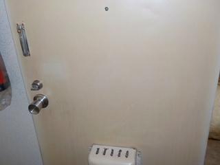 2部屋目の玄関ドアのアフター(清掃後)