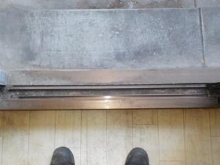 1部屋目の窓枠のビフォア(清掃後)