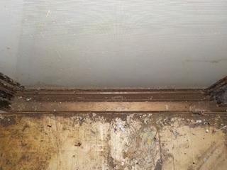 3部屋目の窓枠のビフォア(清掃後)