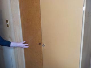 3部屋目クローゼットの右扉半分清掃、写真左半分はビフォア