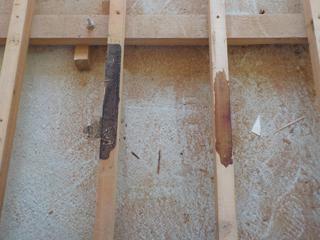 床材と横柱に付着した体液